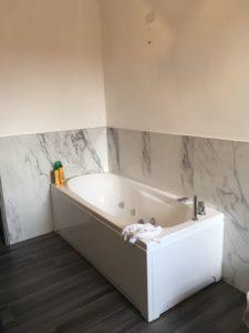 Rivestimento gres effetto marmo e pavimento gres effetto legno.